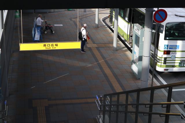 JR呉線矢野駅改札口を出てすぐに右へ曲がり左側の階段を降りて地上に出る(矢野駅南口)。
