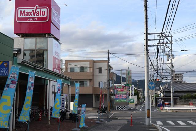 マックスバリュー矢野店の前を過ぎて交差点(信号機)を直進し、次の交差点を左折。