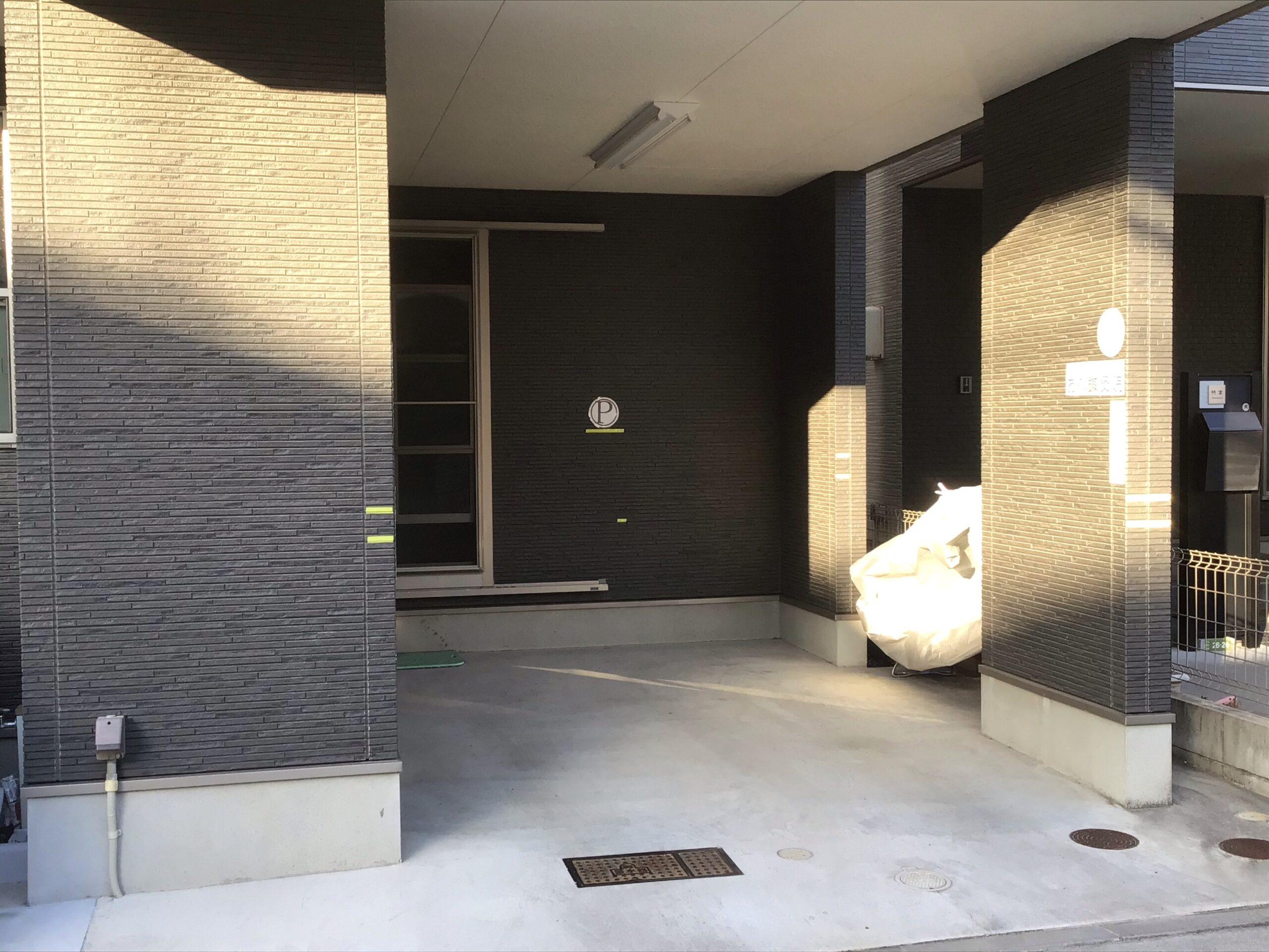 駐車場①。鍼灸院1階の駐車場です。やや狭いので軽自動車にオススメです。